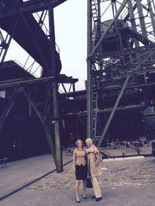 Smitten Gründerinnen Kirsten und Silke stehen vor der Jahrhunderthalle