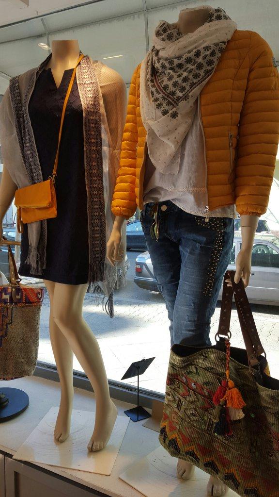 Schaufensterdeko mit Ethno Tasche