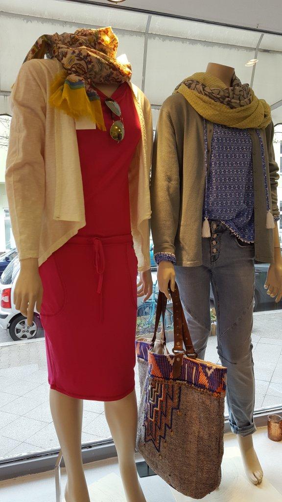 Zwei Schaufensterpuppen mit Kleid und Ethno-Tasche