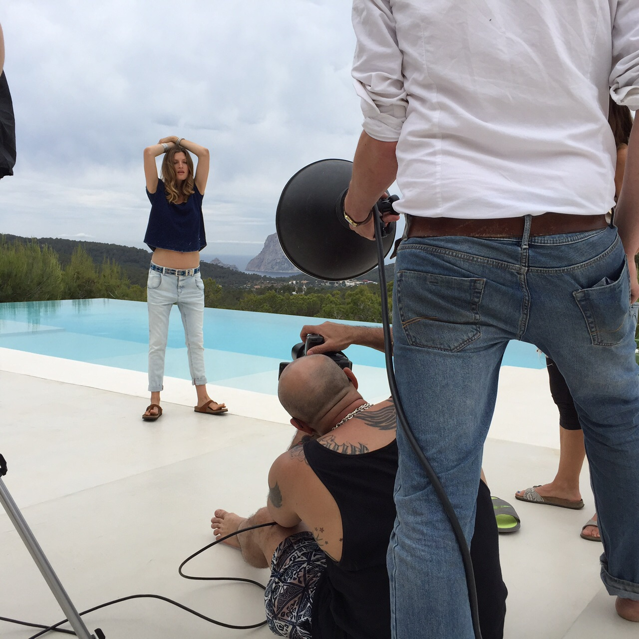 Fotograf und Model am Pool