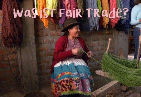 Frau in Ethno-Kleidung arbeitet am Webstuhl und stellt Produkte für Smitten her her.